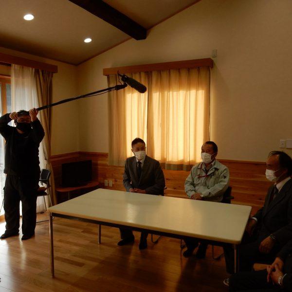 撮影の様子(高村、真陽建設中島社長、樽田先生、松岡先生がインタビューを受けている様子)